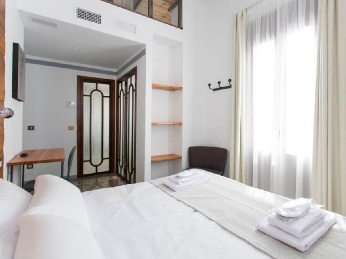 Купить отель в испании вилла на берегу озера